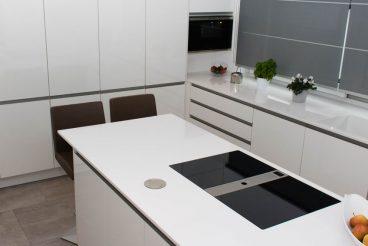 Küche wie aus einem Guss - Farblich abgestimmte Küchenarbeitsplatte und Unterschränke