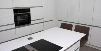 Minimalistische Küche mit viel Stauraum