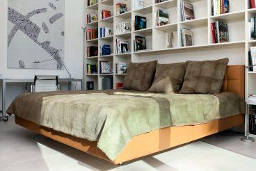 Wohnlichkeit im Schlafzimmer dank warmer Betonoptik