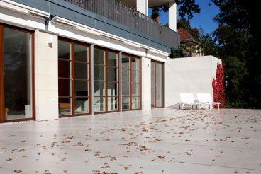 Witterungsfeste Terrasse im Spiel mit den Farben des Herbstes