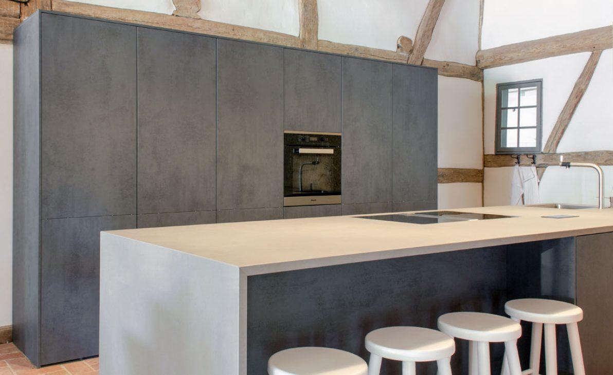 Moderne Insel in rustikalem Bauernhaus – BÖHM Interieur Projekte