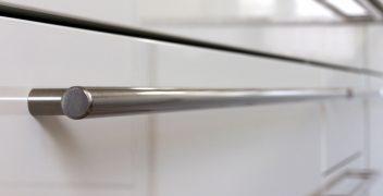 Häcker Classic Laser Brillant weiß mit Edelstahlgriffen