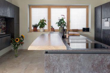 Das Zentrum der Küche: Kochinsel aus Holz und Keramikoberflächen aus VidroStone