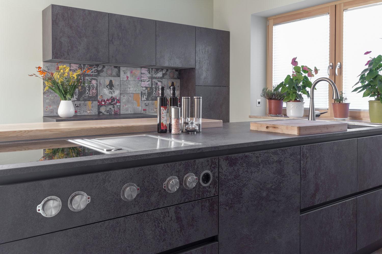 zeitlose küche in schwarz-metallic - bÖhm interieur projekte