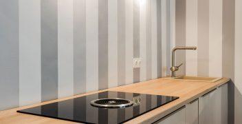 Kochzeile mit integriertem Kochfeld BORA Basic BHU und alltagstauglichem Spülbecken KeraDomo aus Steinfeinzeug