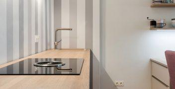 Kochzeile mit genügend Raum für Drehbwegungen für den Rollstuhl und unterfahrbarem Tisch