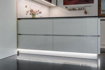 Indirekte Beleuchtung an den Küchenunterschränken tauchen den Raum in ein warmes Licht