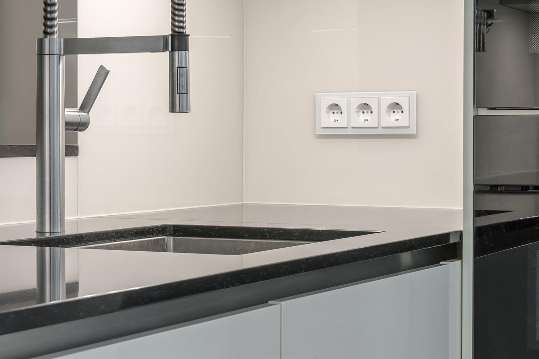C-förmige Küche mit Spiegeleffekten – BÖHM Interieur Projekte