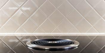 Auch traditionelle Küchen verzichten nicht auf technische Feinheiten: Kochfeld mit Dunstabzug BORA Basic BIU vor Nischenrückwand mit diagonal verlegten Fliesen