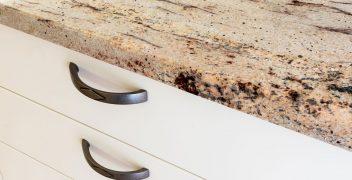 Zinnfarbene Griffe runden die Küche im Landhausstil ab