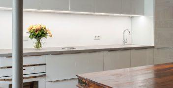 Stimmiges Spektrum der Materialien: Hochglanz trifft Keramik trifft Holz
