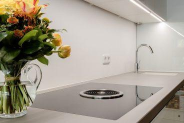 Hochwertig verarbeitete KüchenArbeitsplatte aus High Tech Keramik VidroStone mit integriertem Bora Basic Kochfeld