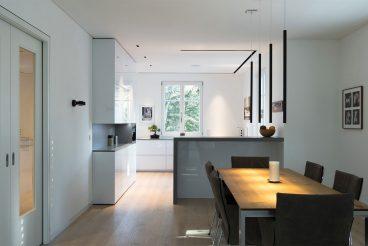 Designwohnküche mit versteckter High-End-Technik und edlem Lichtdesign (integriert im Mobiliar und als Deckenelemente)