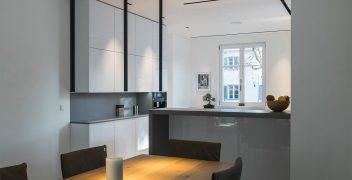 Keramiktresen aus VidroStone mit Glasoberfläche als perfekter Übergang von der Küche zum Ess- und Wohnbereich