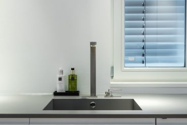 Wie aus einem Guss: Waschbecken und Küchenarbeitsplatte aus VidroStone High-Tech-Keramik in edlem Grauton