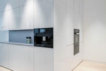 Um die Ecke geplant: Überraschende Erweiterung des Stauraums um raumhohe Schränke mit Backofen und Gourmet-Wärmeschublade von Miele