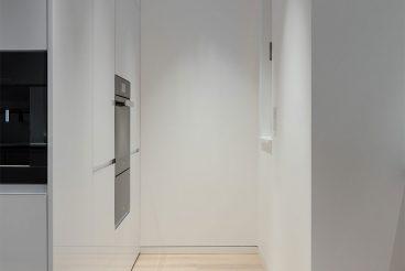 Toter Winkel des Raumes optimal ausgenutzt als quasi unsichtbare Vorratskammer