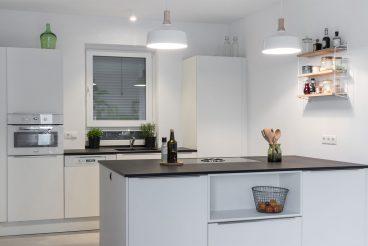 Klare und sinnvolle Raumaufteilung und Mobiliaranordnung verschaffen Übersicht auf den ersten Blick und langfristiges Kochvergnügen
