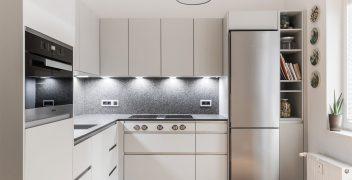 Stauraumnutzung bis in die letzte Nische durch raumhohe Küchenschränke von LEICHT Küchen (Hochschränke und Oberschränke aus der Linie Classic-FS)