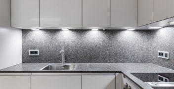 Küchenarbeitsplatte und Nischenrückwand aus poliertem Naturstein im Farbton Impala antik