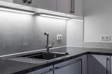 Küchenarbeitsplatte aus 30mm Naturstein, poliert, in Tan Brown mit Einbauspüle KeraDomo Mera 57F Nero