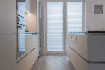 Durchdachte Anordnung von großzügigem Stauraum und hochwertigen Küchengeräten aus dem Hause Miele und BORA