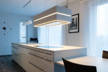 Arbeitsfläche und Tisch aus einem Guss: Großformatige Küchenarbeitsplatte aus Keramik von VidroStone in basalt white; mit Glas vergossen