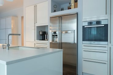 Kochinsel mit Küchenareitsplatte aus VidroStone in stilvollem Basalt white