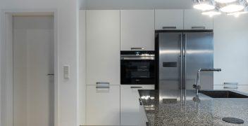 Weiße Hochschrankfront für Stauraum und Elektrogeräte
