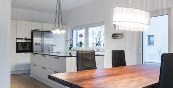 Großzügige dimensionierte Küche in weiß mit Kücheninsel