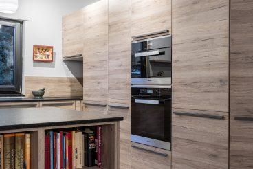 Hochschrankfront von LEICHT Küchen mit versteckter Nische