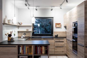 Halboffene Wohnküche in G-Form in warmen Tönen