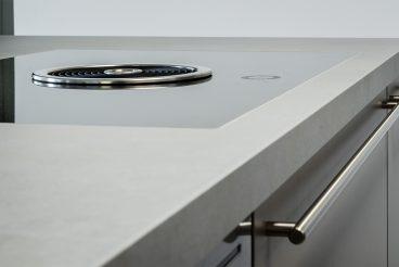Kochinsel ohne störende Dunstabzugshaube dank BORA Basic BFIU, flächenbündig in Küchenarbeitsplatte aus High-Tech-Keramik von VidroStone eingelassen