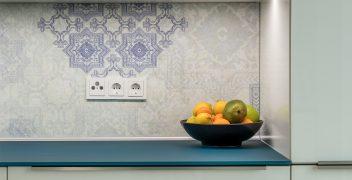 Küchenarbeitsplatte aus satiniertem Designglas in RAL 5020 Ozeanblau