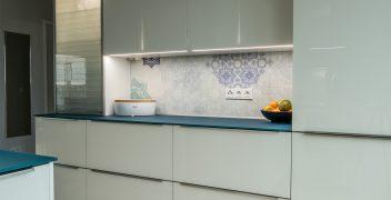 Küchenunterschränke: stauraumschaffende Schubladen mit edelstahlfarbenen Griffleisten