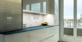 Schränke mit Fronten aus Designglas in weiß und indirekter Beleuchtung