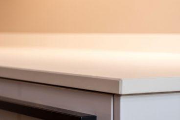 Perfekt bearbeitete Keramikküchenarbeitsplatte VidroStone 20 mm Block (VS6042 ice PURE)