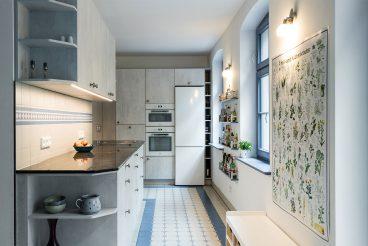 Ideal geplant: Maximaler Stauraum dank Hochschränken und Hängeschränken mit Beleuchtungselementen von LEICHT Küchen (Ikono Keraton)