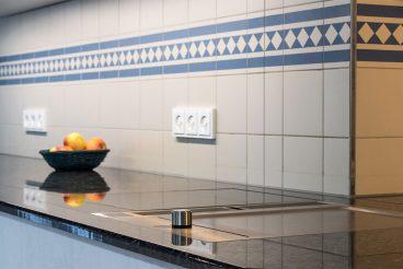 In Natursteinküchenarbeitsplatte (Butterfly Blue poliert) eingelassenes Kochfeld BORA Classic mit Tepan-Grill