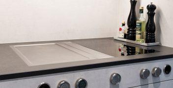 Kochfeld mit Tepan-Grill und Dunstabzug: BORA Professional 2.0 eingelassen in Keramikarbeitsplatte aus VidroStone