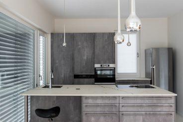 Aufeinander abgestimmte Materialien und Küchenarchitektur - Küche mit praktischen Oberflächen aus Hightechkeramik und Kochinsel