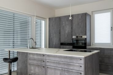 Repräsentative Küche in Marmor- und Betonoptik