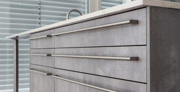 Elegante Metall-Stangengriffe verleihen den Küchenmöbeln einen futuristischen Charakter und sind zeitgleich praktisch