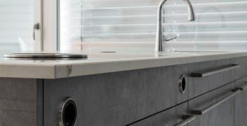 In Front integrierte Steckdosen verstärken den Eindruck einer minimalistisch designten Küche und versprechen gleichzeitig hohe Funktionalität
