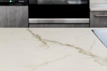 Edler Klassiker - Küchenarbeitsplatte in Marmoroptik mit interessanten Adern (VS6030 calacatta MARMOR)