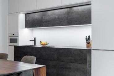 Die Versetzung bzw. Vertiefung von Küchenblocks und Oberschränken bewirkt gleichzeitig mehr Arbeitsfläche und einen interessanten Designtwist