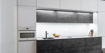 Ideal positionierte Leuchtelemente unterhalb der zweistufig angeordneten Oberschrankreihen ermöglichen ein übersichtliches Arbeiten