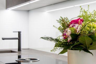 Ausreichend Arbeitsfläche dank tiefer Küchenarbeitsplatte aus VidroStone Hightechkeramik