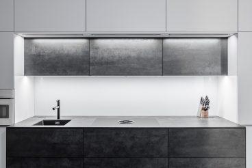 Herausgestellter Küchenblock in Patinaoptik und zentral positioniertem Kochfeld mit integriertem Dunstabzug (BORA Basic BFIU)