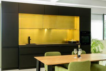 LEICHT Küchen Bondi mit Messing Rückwand